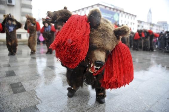 Persoane participa la Festivalul traditiilor si obiceiurilor, in Bacau, sambata, 27 decembrie 2014. DAN DUTA / MEDIAFAX FOTO